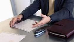 Beim Unterschreiben eines Vertrags sollte man lieber zweimal hinsehen