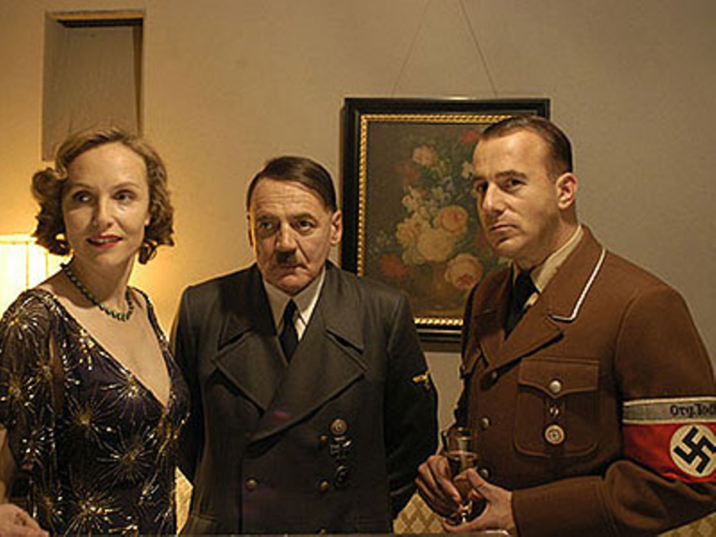 Adolf Hitler (Bruno Ganz), eingerahmt von Eva Braun (Juliane Köhler) und Albert Speer (Heino Ferch)