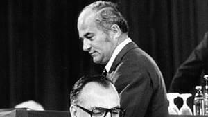 Helmut Kohl löst 1973 - damals Ministerpräsident von Rheinland-Pfalz - Rainer Barzel (hinten) auf einem Sonderparteitag als CDU-Vorsitzenden ab
