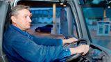 """Platz 10: Vibrationen    LKW-Fahrer sind ständig dem Gebrumm und Gerüttel ihres Motors ausgesetzt. Diese Vibrationen können die Wirbelsäule so belasten, dass Kreuzschmerzen entstehen. Bei Kraftfahrern sind vibrationsbedingte Schäden des Rückens deshalb als Berufskrankheit anerkannt. Gefährlich sind besonders solche Schwingungen, die im Bereich von vier bis sechs Hertz liegen, also vier bis sechs Impulse pro Sekunde erzeugen. Das erschüttert die Wirbelsäule, besonders die Muskeln müssen dann viel mehr Arbeit leisten.         Die Idee für diese Tippstrecke stammt aus dem Buch: """"Das neue Rückentraining"""" von Ingo Froboese, erschienen im Gräfe und Unzer Verlag."""