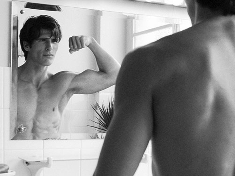 Posing vorm Badezimmerspiegel