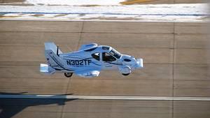 """Das Konzeptfahrzeug """"Transition"""" des US-Start-Up Terrafugia hat seinen ersten Flug erfolgreich absolviert. Das Modell ist ein zweisitziges Flugzeug, das Start und Landung auf kurzen Landebahnen beherrscht, aber auch auf normalen Straßen unterwegs sein kann"""