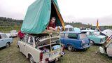 Florian Nobis aus Marienberg nahe Chemnitz, brachte am Dach seines Trabi ein Zelt an