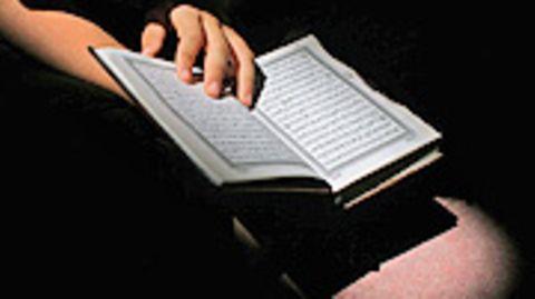 Blick in den Koran: Ein muslimischer Schüler muss laut einem Gerichtsurteil in einer Schule beten können