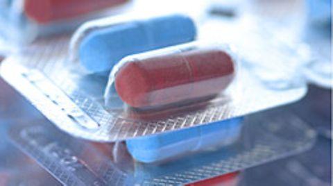 Antibiotika helfen bei bakteriellen Infektionen - zum Beispiel bei Mandelentzündungen, Harnwegsinfektionen oder Scharlach