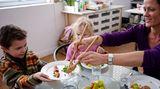 Essen Sie zu festen Zeiten gemeinsam mit Ihrem Kind - genießen Sie die drei Hauptmahlzeiten an einem Esstisch, ohne dass Fernseher oder Computer ablenken. Essen dient nicht nur der Nahrungsaufnahme, sondern sollte Spaß machen und ein festes Ritual innerhalb der Familie sein.