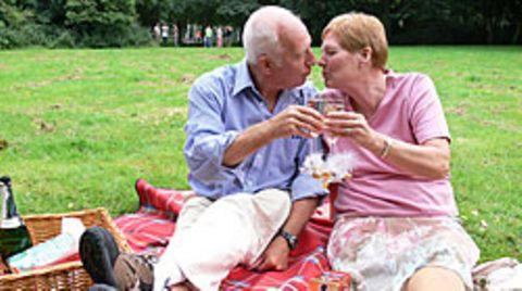 Ältere Menschen, die in einer Partnerschaft leben, erkranken weniger häufig an Demenz