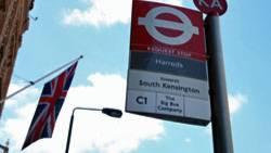 """Die Bushaltestelle am berühmten Londoner Kaufhaus """"Harrods"""": Nie zuvor war es dermaßen preiswert, zum Shopping nach Großbritannien zu reisen"""
