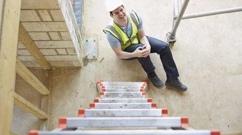 Ein falscher Tritt auf der Leiter: Die Berufsunfähigkeitsversicherung wird oft unterschätzt.