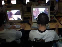 Viele, die vor einem Computer Platz nehmen, stehen so schnell nicht wieder auf. Darunter leidet auch die Ernährung