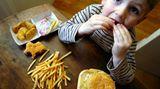 19 Prozent der Jungen und 10 Prozent der Mädchen essen mindestens einmal pro Woche Bratwurst, Currywurst, Hamburger oder Döner