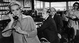 """Hitchcock hatte sich in die blonde Schauspielerin vernarrt und war extrem besitzergreifend. Er ließ teure Garderobe für sie entwerfen - nicht nur für ihre Filmrollen, sondern auch für ihr Privatleben. Doch der Regisseur ging noch weiter: Während der Dreharbeiten zu """"Die Vögel"""" bat der zwei Mitarbeiter, ihre Aktivitäten außerhalb des Drehorts zu überwachen. Immer stärker mischte er sich nun in ihr Privatleben ein. Bald begann er, Hedren vorzuschreiben, was sie in ihrer Freizeit anziehen sollte, welche Freunde sie zu treffen hatte"""