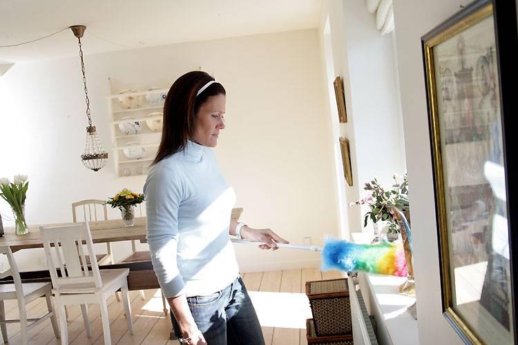 """Frauen arbeiten mehr als Männer  Nach Büroschluss geht ihr Arbeitstag erst richtig los: Viele berufstätige Frauen fahren zu Hause ihre """"zweite Schicht"""". Zu diesem Ergebnis kam eine Studie der University of California. Demnach kommen die meisten berufstätigen Ehefrauen im Schnitt pro Woche auf 15 Arbeitsstunden mehr als ihr Mann. Noch immer drücken sich rund 80 Prozent der Männer vor den häuslichen Pflichten. Die Folgen der Doppelbelastung: Sex- Unlust, hohe Krankheitsanfälligkeit und ständige Übermüdung. Erstaunlich: Nicht die Frauen beschwerten sich über ihren Doppeljob, sondern die Ehemänner ihre Frauen hätten zuwenig Zeit"""