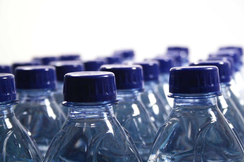 Trinken Sie kalorienbewusst und meiden Sie zuckerhaltige Getränke. Besser sind Mineral- oder Leitungswasser, ungesüßte Kräuter- und Früchtetees oder in Maßen Fruchtsäfte, am besten als Schorle. Über den Tag sollten Sie mindestens 1,5 Liter Flüssigkeit aufnehmen