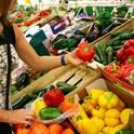 Frische Lebensmittel wie Obst und Gemüse sollte man am besten nach Saison kaufen: Dann sind sie vitaminreicher und in der Regel sogar billiger. Tipp: Gemüsesorten wie Zwiebeln, Karotten oder Sellerie halten sich relativ lange. Tomaten, Salat oder Gurken sollte man nur dann kaufen, wenn man sie bald zubereiten möchte.
