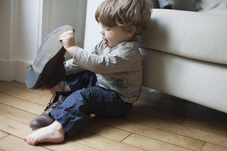 Unpassend: Schuhe und Pillen von Papa