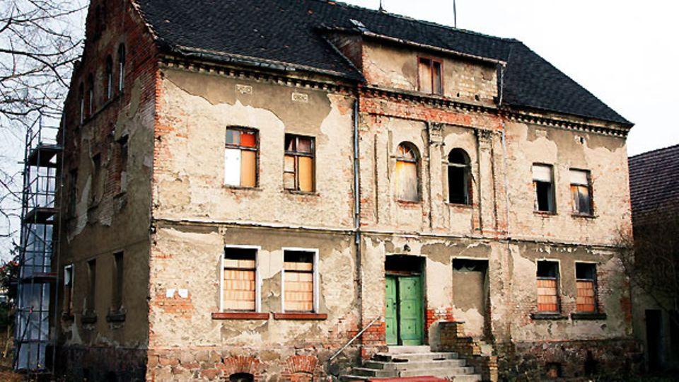 In diesem Haus in Halle an der Saale wurde Hans Dietrich Genscher am 21. März 1927 geboren. Sein Leben lang war er seiner Heimat verbunden - er hätte sich nach der Wiedervereinigung auch vorstellen können, als Abgeordneter im sachsen-anhaltinischen Parlament zu sitzen.