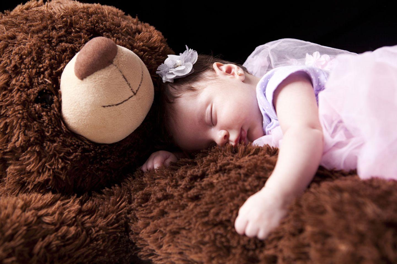 Endlich wieder durchschlafen zu können - darauf warten viele übernächtigte Eltern