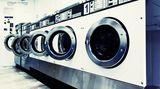 Waschmittel sollten Sie gut aus den Kleidern spülen, denn die Chemikalien führen mitunter zu Hautirritationen