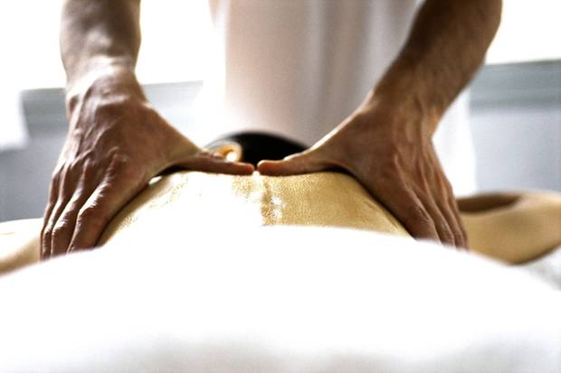 Ein erfahrener Therapeut spürt mit seinen Händen Verspannungen auf