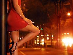 Eine Prostituierte am Straßenrand: Ein Beamter aus Ulm hatte eine verhängnisvolle Beziehung mit einer Hure