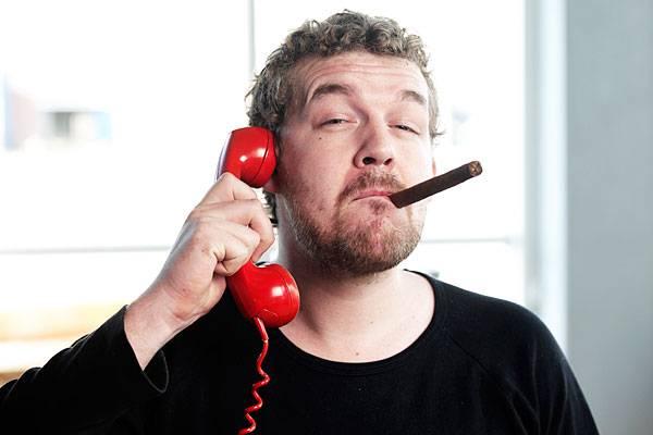 """Stern.de-User """"chatman53"""" verwickelt den Anrufer in ein langes Gespräch: """"Man muss sich nur ein bisschen blöd anstellen – mehrfach nachfragen, ob man den Sachverhalt auch richtig verstanden habe und Interesse heucheln."""" Dabei lassen sich auch mehr Informationen über den Anrufer herausbekommen. Bei der obligatorischen Frage nach der Bankverbindung wird das Spiel dann aufgedeckt. Der Terroranrufer legt meist verdutzt den Hörer auf. Was bleibt sind genügend Informationen für eine Unterlassungserklärung."""