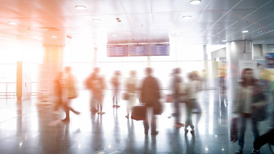 Nachts in letzter Minute packen und früh morgens abgehetzt am Flughafen ankommen - das mag niemand gern. Bei Kopfschmerzgeplagten kann diese Hektik sogar den nächsten Anfall auslösen
