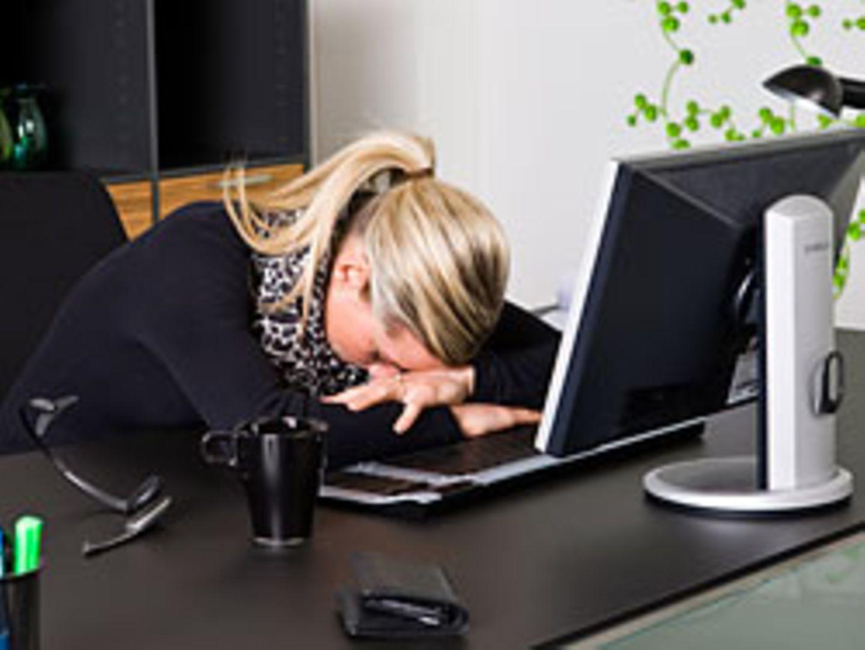 Experten zufolge ist die Angst vor Jobverlust der Grund, warum sich die Menschen krank zur Arbeit schleppen