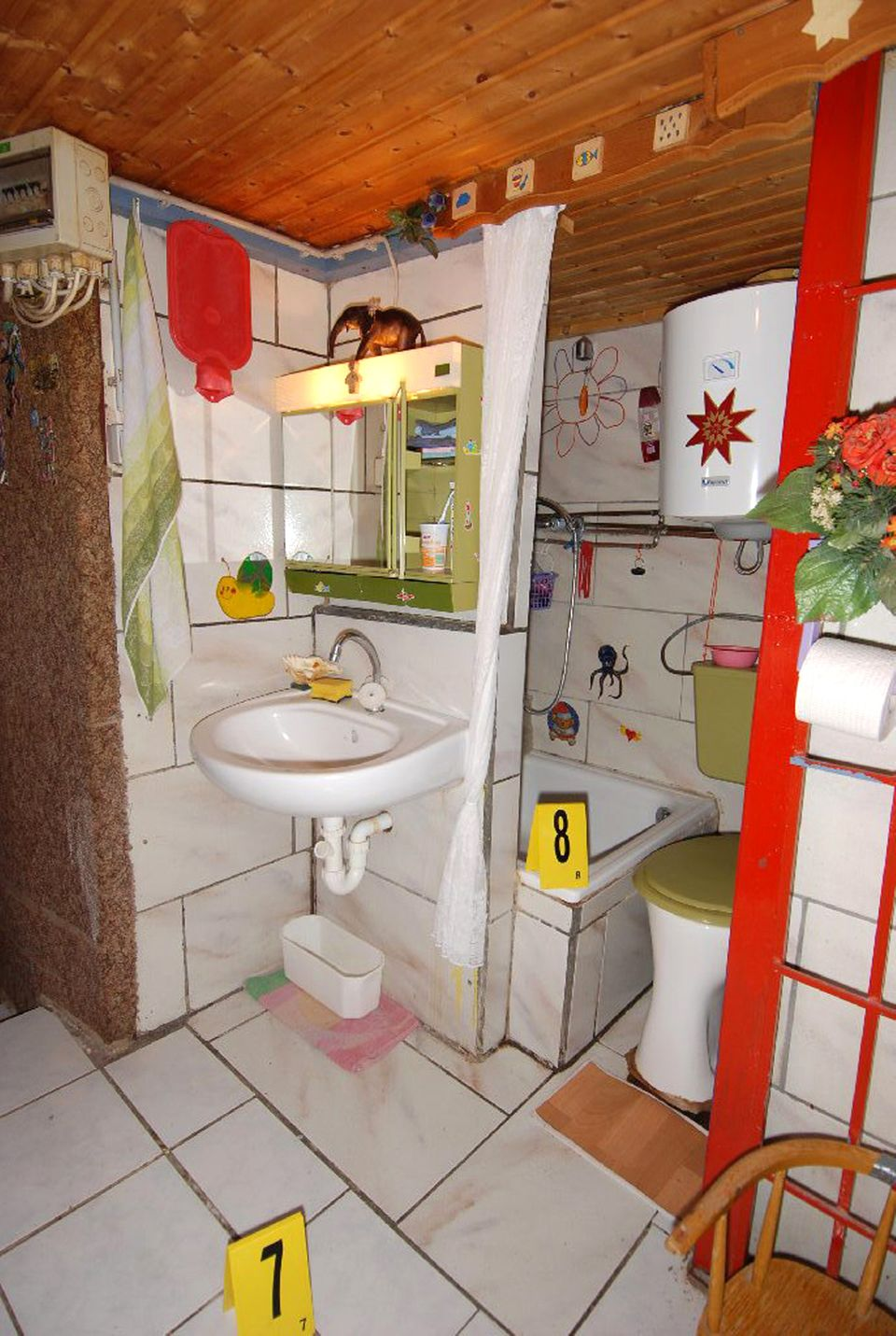 """Nasszelle: Waschbecken, Dusche mit Boiler, Toilette - alles hat der """"begnadete Bastler"""" selbst eingebaut"""