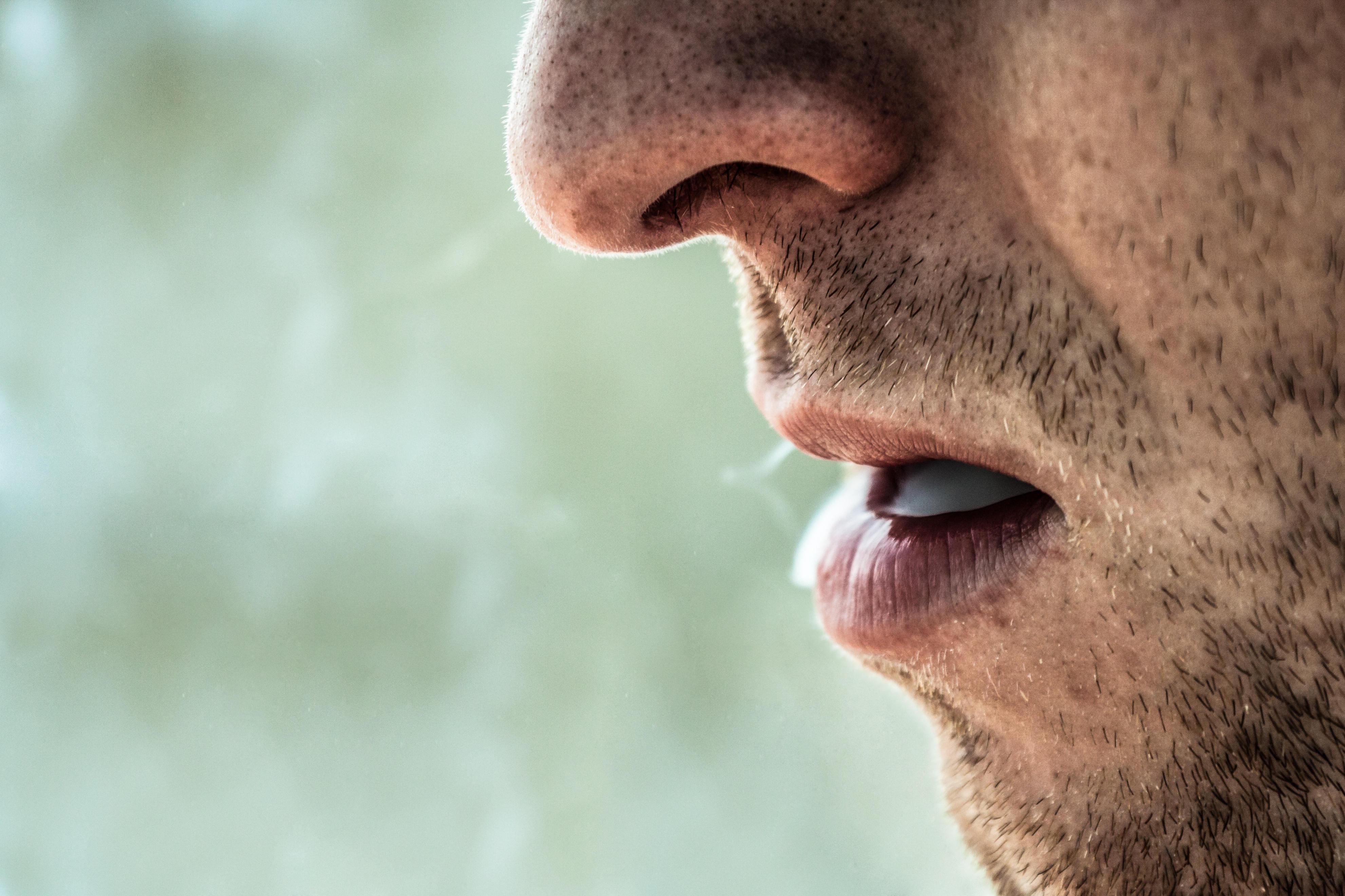 Reife Raucher zeigen ihre Füße