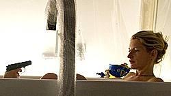 Quietscheente und Knarre: Wer bedroht Kommissarin Charlotte Lindholm (Maria Furtwängler) in der Badewanne?