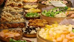 International findet man Köstlichkeiten der Chinesischen Küche in vielerlei Variationen vor. Bei der Familie Li in Peking wird alles nach traditionellen Rezepten zubereitet