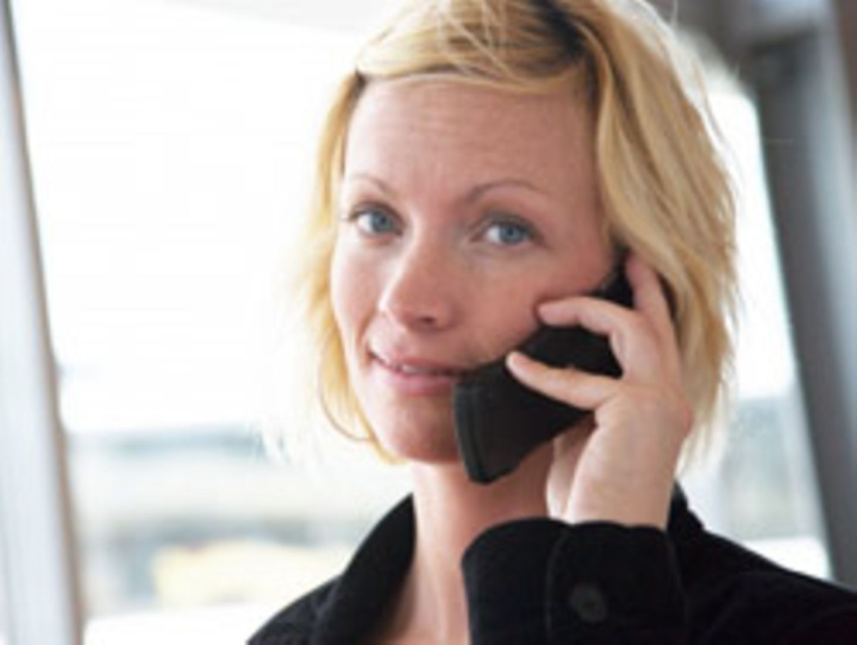 Eine Frau telefoniert mit einem Handy. Die Europäische Umweltagentur hat jetzt ausdrücklich vor Gesundheitsgefahren durch die Mobiltelefone gewarnt