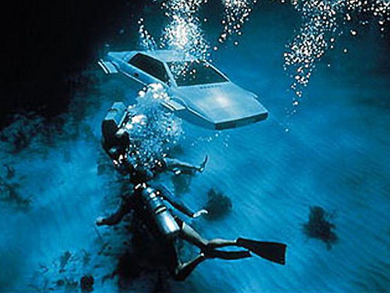 Statt für Königin und Vaterland im mediterranen Nass unterzugehen, verwandelt Bond den Esprit mit ein paar Knopfdrücken in ein U-Boot