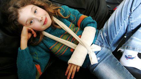 Ein Moment der Unachtsamkeit, und schon ist es passiert: Der Arm ist gebrochen. Gut, wenn Eltern schnell und besonnen reagieren