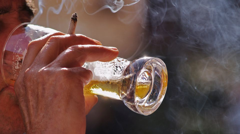 Knapp die Hälfte des Befragten war der Meinung, mit Alkohol schmeckt die Zigarette besser