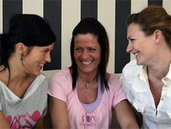 Lachende Frauen: Ernste Forschung über die fröhliche Natur