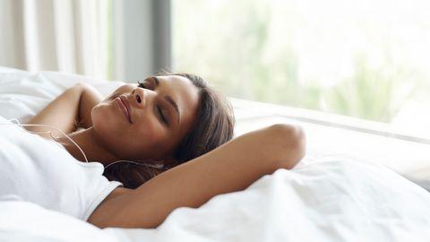Mühelos im Schlaf abnehmen? Das soll möglich sein, behauptet Detlev Pape. Man muss zur Nacht hin allerdings weitgehend auf Kohlenhydrate verzichten.