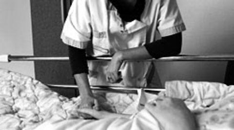 Die Pfleger wollen zumeist, und schaffen es oft nicht: sich die Zeit nehmen, um Patienten vernünftig zu pflegen