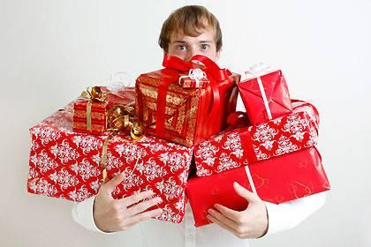 Geschenke, Geschenke, Geschenke: Das Weihnachtsgeld macht es möglich