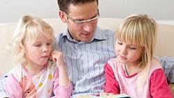Ein Vater mit zwei Töchter: Seine Stimme könnte im Vorfeld ihrer Zeugung eine entscheidende Rolle gespielt haben