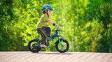 Bringen Sie Bewegung in den Alltag: Nehmen Sie die Treppe anstelle des Fahrstuhls, fahren Sie Ihr Kind nicht überall hin. Wenn Ihr Kind mit dem Fahrrad zur Schule oder nachmittags zu Freunden fährt, bewegt es sich nebenbei.