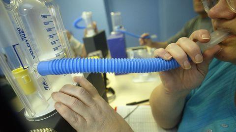 Das gängigste Gerät, mit dem Ärzte die Lungenfunktion messen, ist der Spirometer