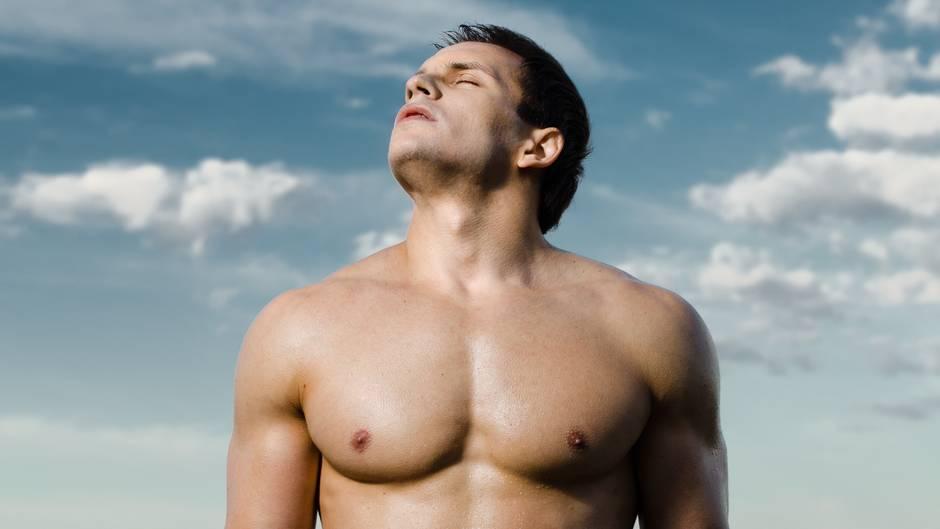 Mehrere Studien zeigten: Frauen finden Männer toll, die größer als sie selbst sind und die einen kräftigen Körper haben. Außerdem gefällt Frauen ein Mann ohne eine sichtbare Taille. Grundsätzlich scheint das weibliche Geschlecht eine eher dreieckige Körperform zu schätzen