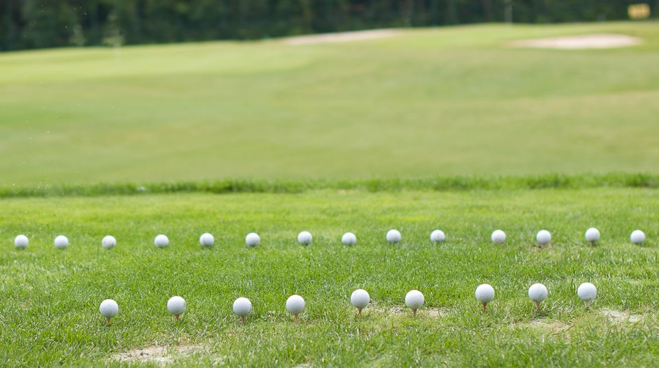 Aus mancher Lage lässt sich der Golfball nur mit Kraft befreien
