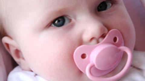 """An der Yale-Universität stellen Babys ihre soziale Kompetenz unter Beweis: Sie bevorzugen Spielzeug, dass sie als """"hilfsbereit"""" kennengelernt haben"""