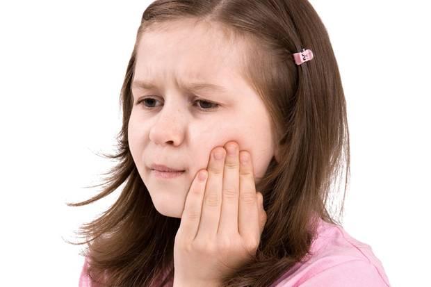 Gelbe Tüpfel auf der Mundschleimhaut sind ein Anzeichen für eine Entzündung