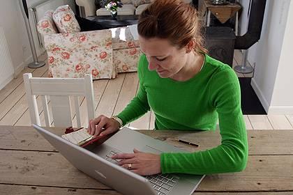 Auch unterwegs wollen die Bundesbürger nicht auf einen Internetzugang verzichten. Künftig werden dafür immer seltener Computer genutzt, Smartphones gewinnen die Oberhand im mobilen Web
