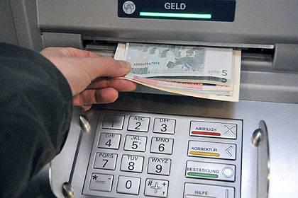 Achten Sie beim Girokonten-Vergleich auf die Konditionen für das Abheben von Bargeld. Besonders Vielreisende können hier sparen