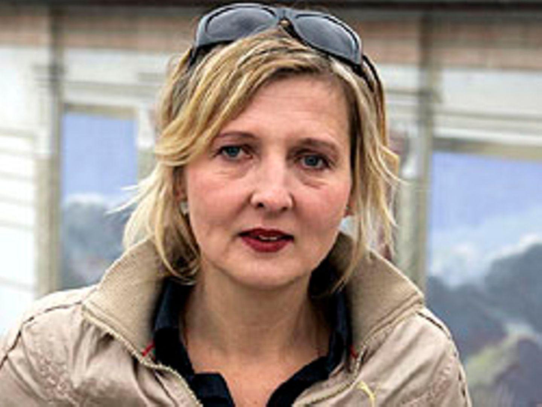 Regisseurin Christina Friedrich vor dem Neuen Theater in Halle